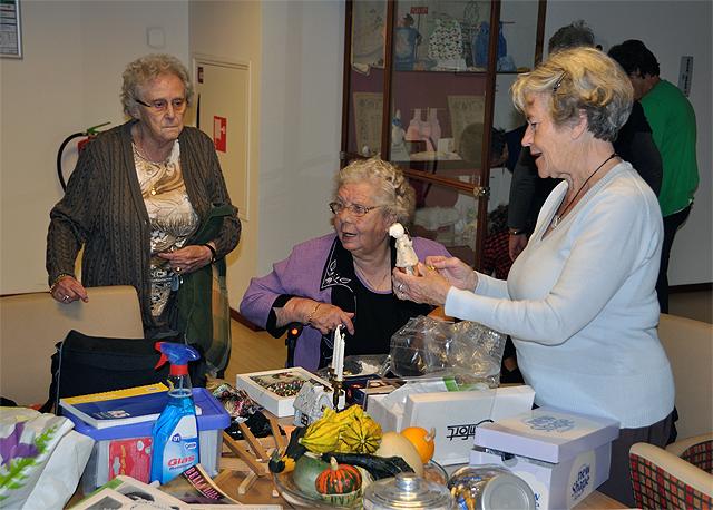 Werkgroep Textiel richt vitrine De Lishof in