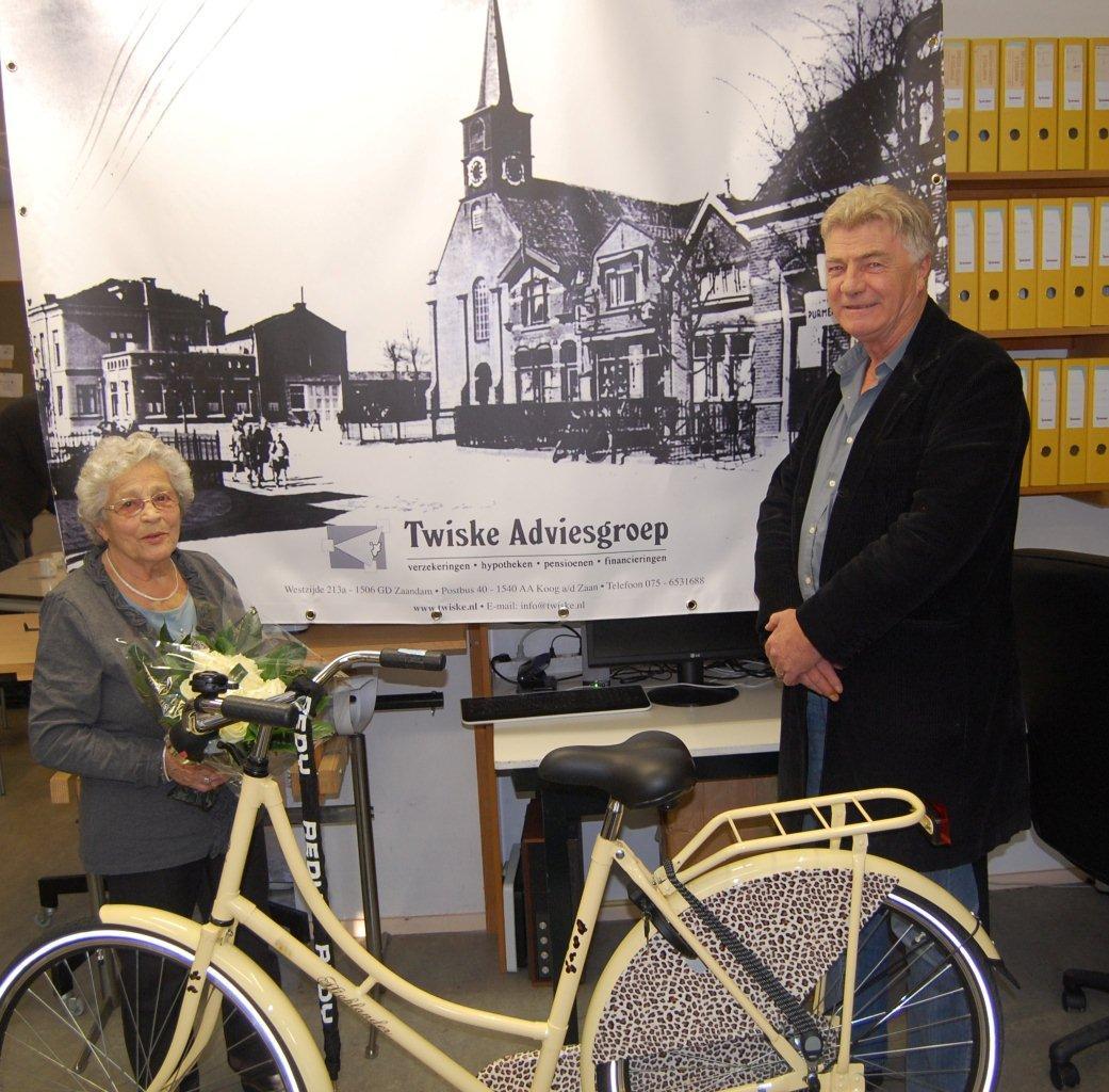 De winnares, mevrouw Geertje Bijdemast en de sponsor, Nico Haak van Twiske Adviesgroep